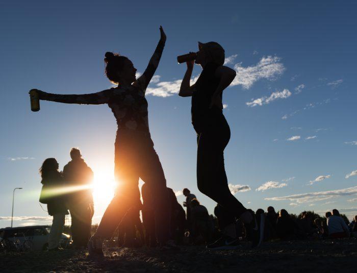 Ihmisiä tanssimassa auringonvalossa